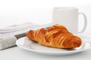 krant lezen bij het ontbijt